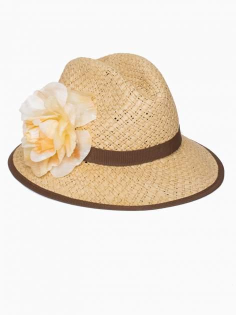 Beżowy kapelusz słomiany z dużym rondem i dużym kwiatem                                  zdj.                                  3