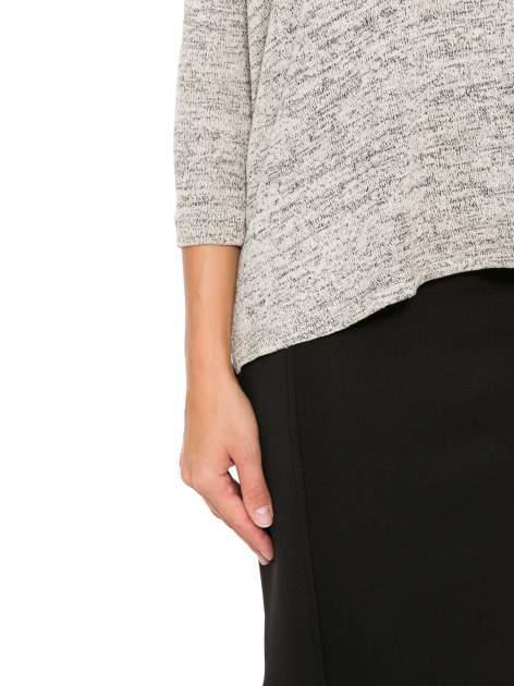 Beżowy melanżowy sweter oversize o obniżonej linii ramion                                  zdj.                                  9