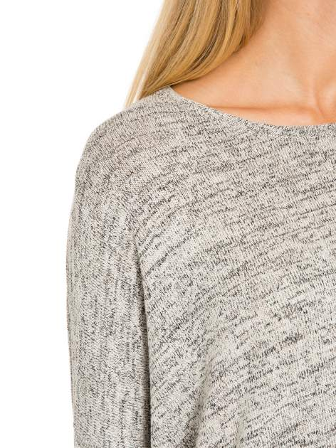 Beżowy melanżowy sweter oversize o obniżonej linii ramion                                  zdj.                                  8