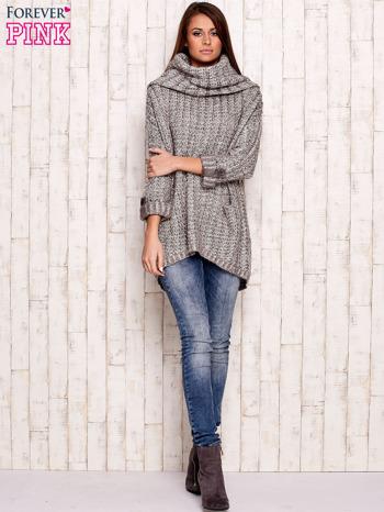 Beżowy melanżowy sweter z szerokim golfem i kieszeniami                                   zdj.                                  2