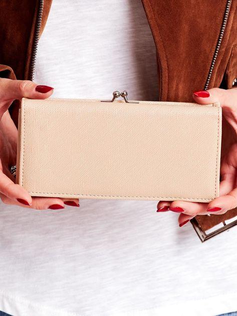 Beżowy portfel damski z zapięciem na zatrzask