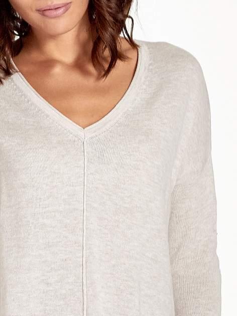 Beżowy sweter V-neck z rozporkami                                  zdj.                                  6