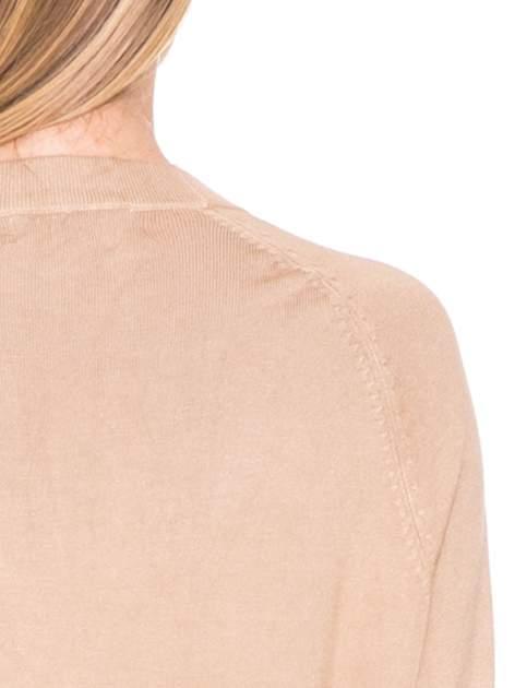 Beżowy sweter kardigan z bocznymi kieszeniami                                  zdj.                                  6