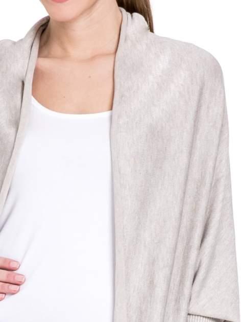 Beżowy sweter narzutka z nietoperzowymi rekawami                                  zdj.                                  5