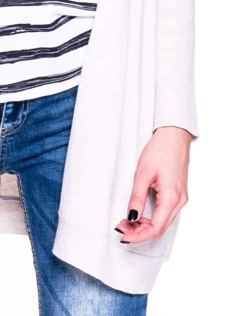 Beżowy sweter typu nietoperz zapinany na guzik                                  zdj.                                  5