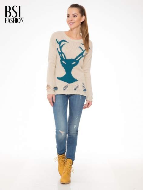 Beżowy sweter z jelonkiem i efektem destroyed                                  zdj.                                  2