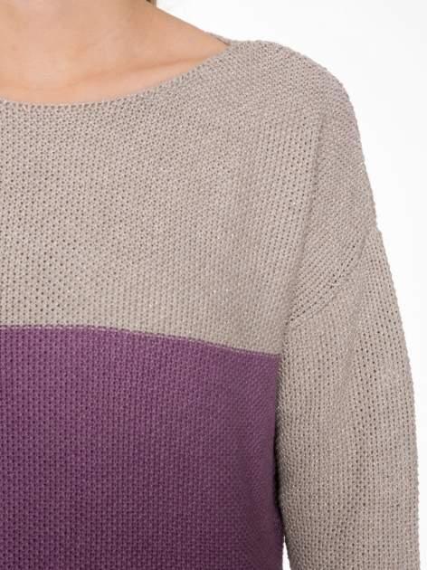 Beżowy sweter z modułami przeplatany błyszczącą nicią                                  zdj.                                  5