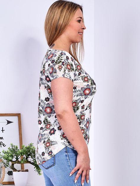 Beżowy t-shirt w roślinne desenie PLUS SIZE                              zdj.                              3