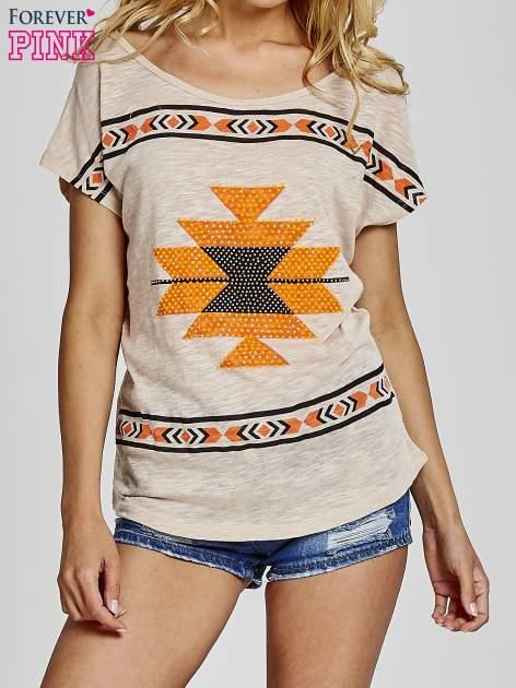 Beżowy t-shirt we wzory azteckie z dżetami