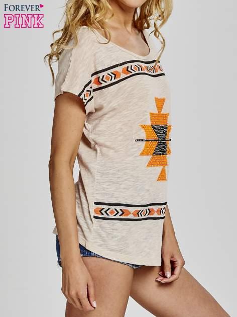 Beżowy t-shirt we wzory azteckie z dżetami                                  zdj.                                  3