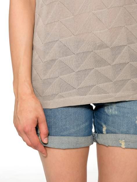 Beżowy t-shirt z ażurowymi przeszyciami i kieszonką                                  zdj.                                  7