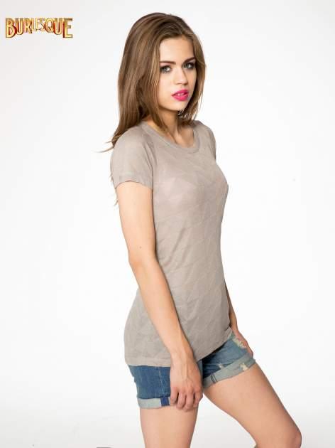 Beżowy t-shirt z ażurowymi przeszyciami i kieszonką                                  zdj.                                  3