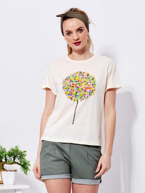 Beżowy t-shirt z kolorowym nadrukiem i perełkami                              zdj.                              1