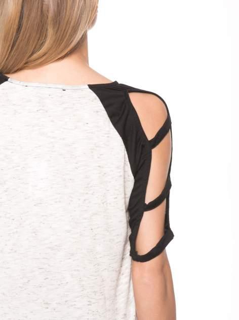Beżowy t-shirt z kontrastowymi rękawami cut out                                  zdj.                                  9