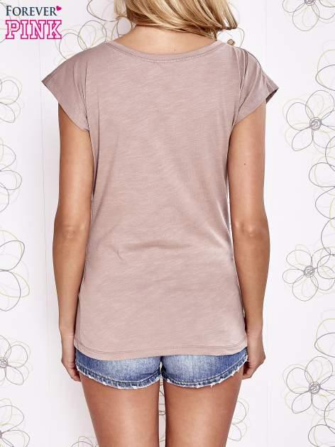 Beżowy t-shirt z motywem gwiazdy i dżetami                                  zdj.                                  2