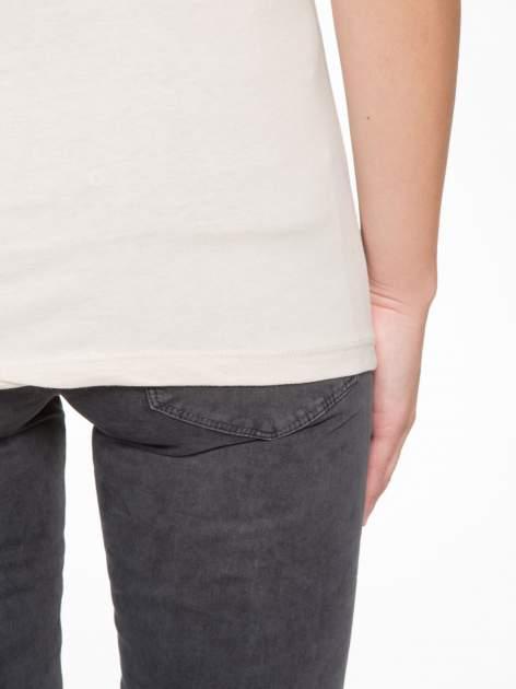Beżowy t-shirt z motywem zwierzęcym                                  zdj.                                  9