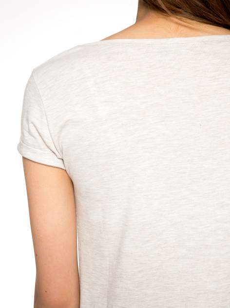 Beżowy t-shirt z napisem YOU DECIDE i cekinami                                  zdj.                                  9
