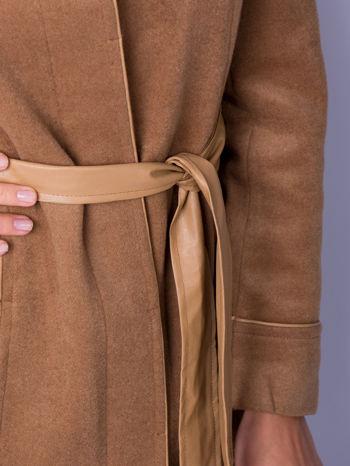 Beżowy wełniany płaszcz ze skórzanym paskiem                                  zdj.                                  5