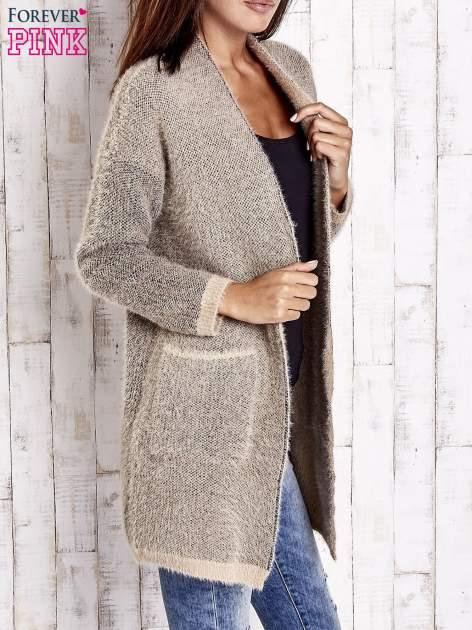 Beżowy włochaty sweter z otwartym dekoltem                                  zdj.                                  4