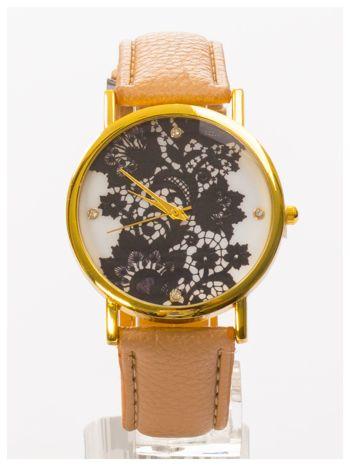 Beżowy zegarek damski na skórzanym pasku z motywem koronki                                  zdj.                                  2