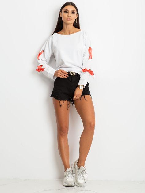 Biała bluza z kokardami na rękawach                              zdj.                              5