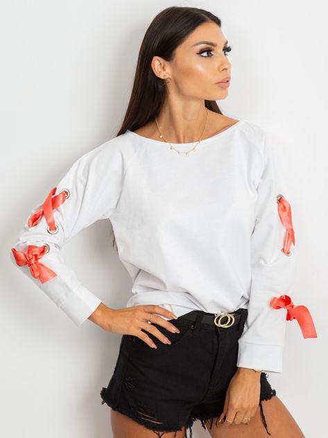 Biała bluza z kokardami na rękawach                              zdj.                              6