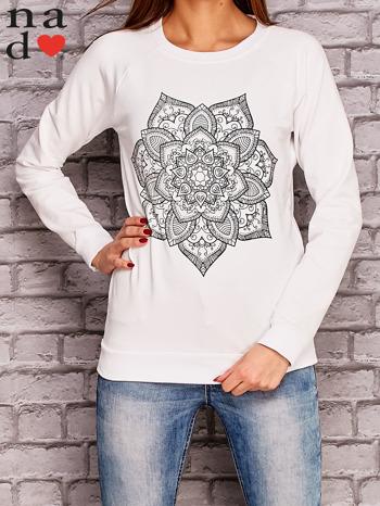 Biała bluza z ornamentowym nadrukiem                                  zdj.                                  1