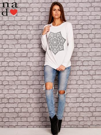 Biała bluza z ornamentowym nadrukiem                                  zdj.                                  2