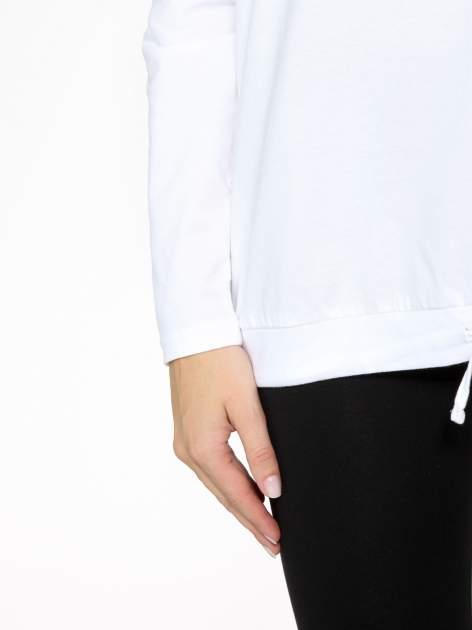 Biała bluzka dresowa z kołnierzokapturem i ściągaczem na dole                                  zdj.                                  8
