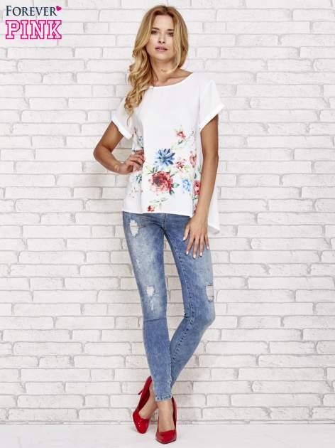 Biała bluzka koszulowa z nadrukiem kwiatów                                  zdj.                                  2