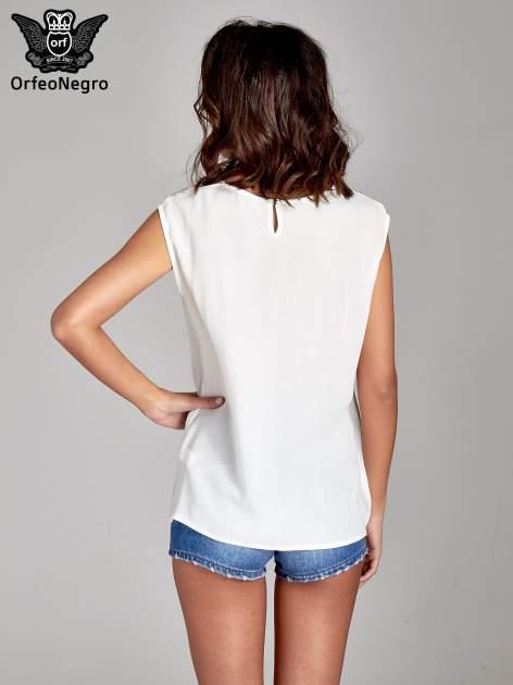 Biała bluzka koszulowa z ozdobnym dekoltem z wycięciami                                  zdj.                                  4