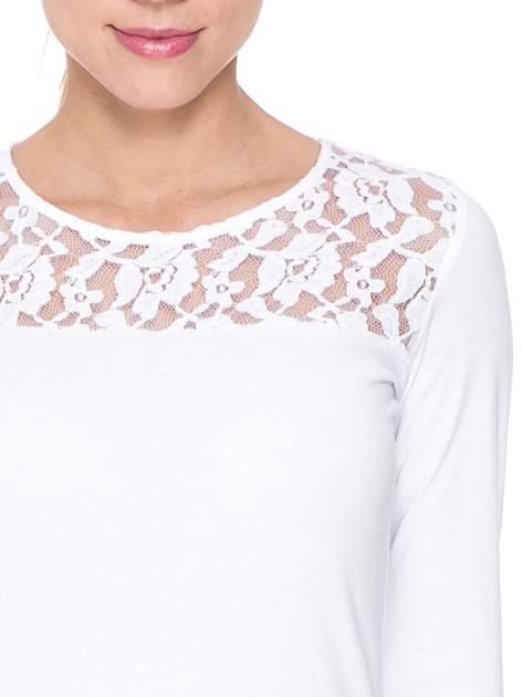 Biała bluzka z karczkiem z koronki w róże                                  zdj.                                  5
