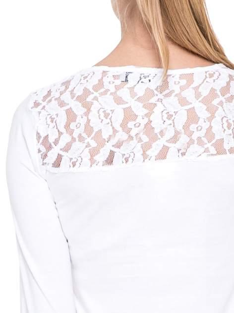 Biała bluzka z karczkiem z koronki w róże                                  zdj.                                  6