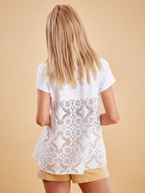 Biała bluzka z koronkową wstawką na plecach                              zdj.                              2
