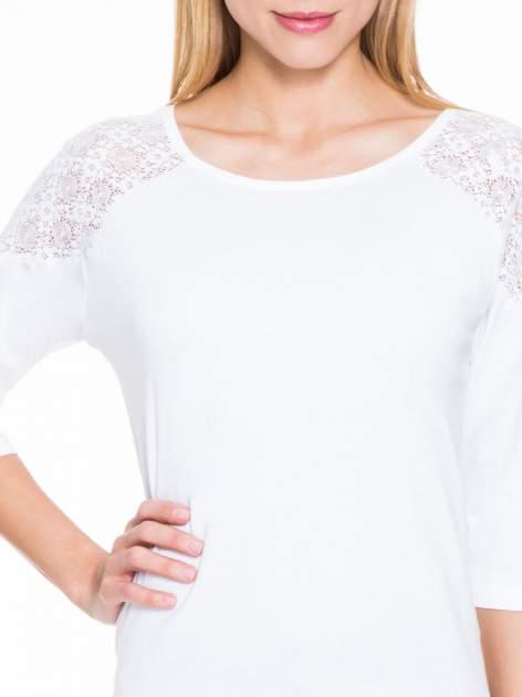 Biała bluzka z koronkową wstawką na ramionach                                  zdj.                                  6