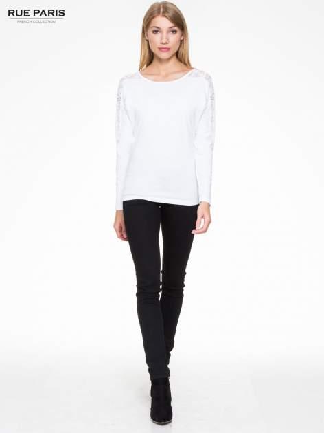 Biała bluzka z koronkową wstawką na rękawach i z tyłu                                  zdj.                                  2