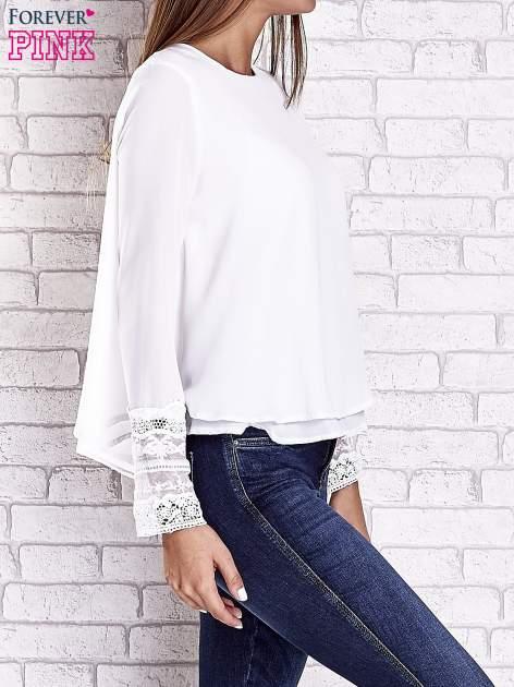 Biała bluzka z koronkowym wykończeniem rękawów                                  zdj.                                  4