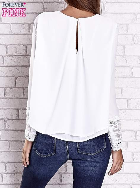 Biała bluzka z koronkowym wykończeniem rękawów                                  zdj.                                  5