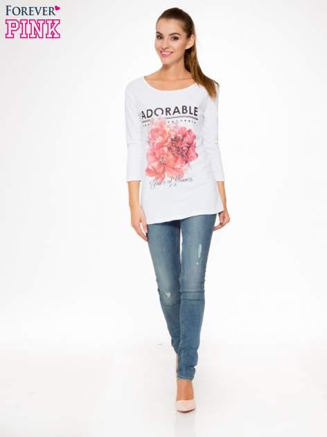Biała bluzka z motywem kwiatowym i napisem ADORABLE                                  zdj.                                  2