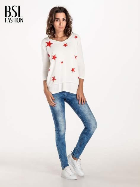Biała bluzka z nadrukiem czerwonych gwiazdek                              zdj.                              4