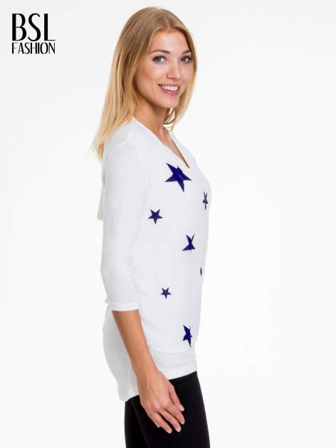 Biała bluzka z nadrukiem granatowych gwiazdek                                  zdj.                                  3
