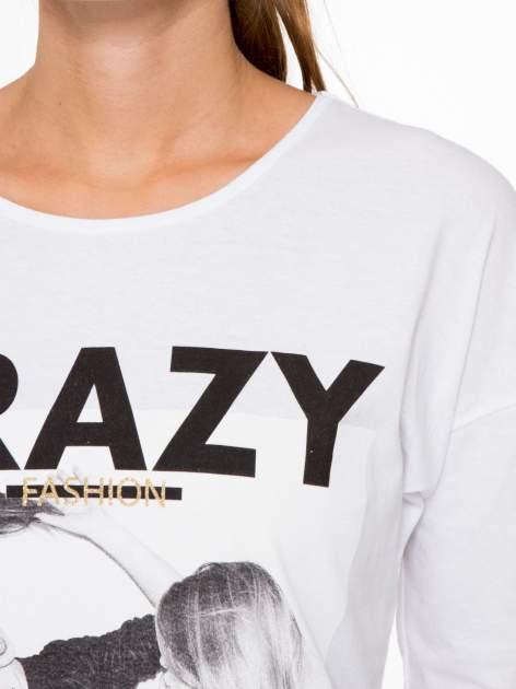 Biała bluzka z napisem CRAZY i nadrukiem fashionistek                                  zdj.                                  7