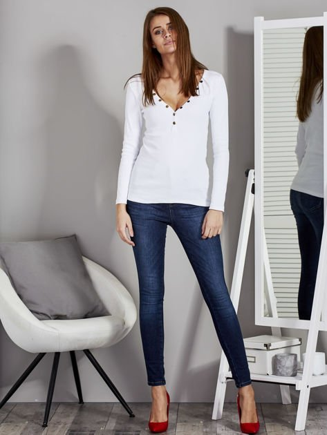 Biała bluzka z zatrzaskami przy dekolcie                               zdj.                              4