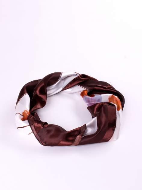 Biała chusta apaszka w kolorowe kwiaty                                  zdj.                                  2