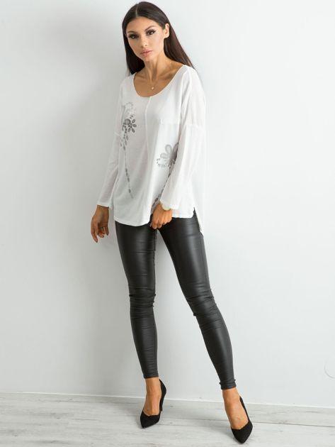 Biała damska bluzka z nadrukiem                              zdj.                              4