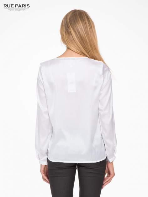 Biała elegancka atłasowa koszula z zakładkami przy dekolcie                                  zdj.                                  4