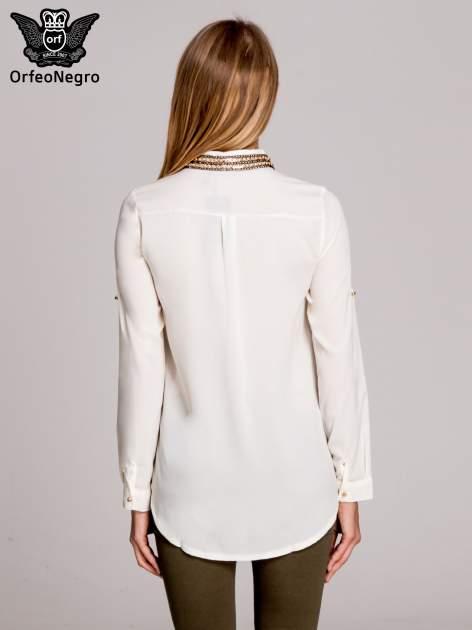 Biała elegancka koszula z kołnierzykiem z łańcuszkami                                  zdj.                                  4