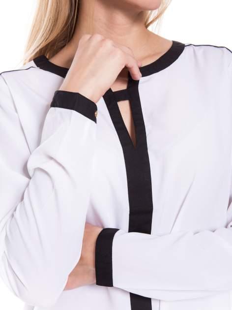 Biała elegancka koszula z kontrastową listwą i dekoltem                                  zdj.                                  5