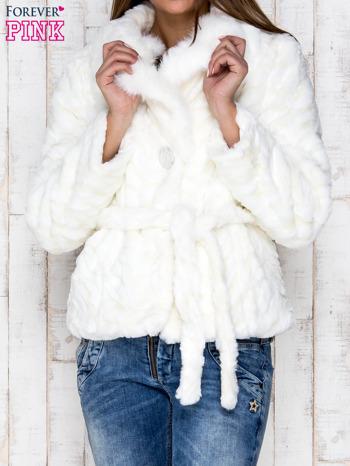 Biała futrzana kurtka z wiązaniem                                  zdj.                                  1
