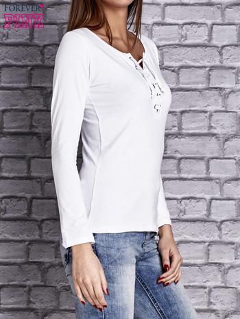 Biała gładka bluzka ze sznurowanym dekoltem i troczkami                               zdj.                              3